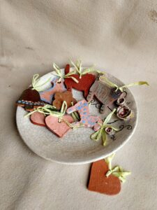 gingerbread on a ceramic plate -workshop tigukass