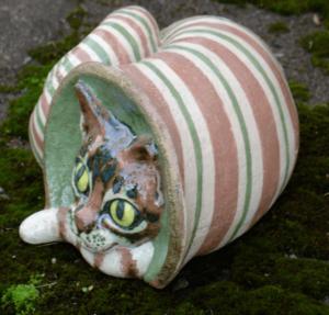 tigukass.- snailcat ceramic sculpture by mai aavasalu