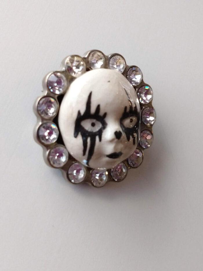 clown brooch by ursula aavasalu tigukass